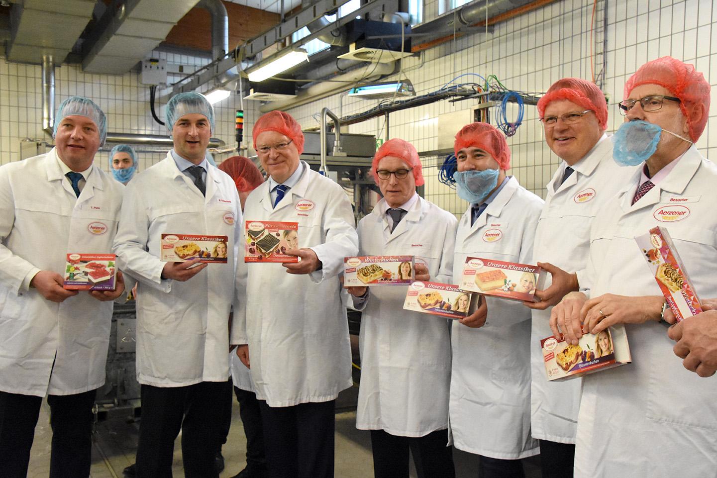 Auf dem Gruppenfoto ist Ministerpräsident Weil (3. von links) zu sehen mit den Geschäftsführern Thorsten Plate (1. von links) und Marc Schweckendiek (2. von links)